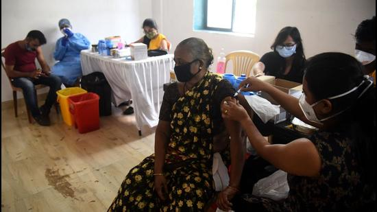 Healthcare workers inoculate beneficiaries against Covid-19 during a free vaccination camp at Ganesh Chowk, Andheri (West), in Mumbai. (HT PHOTO)