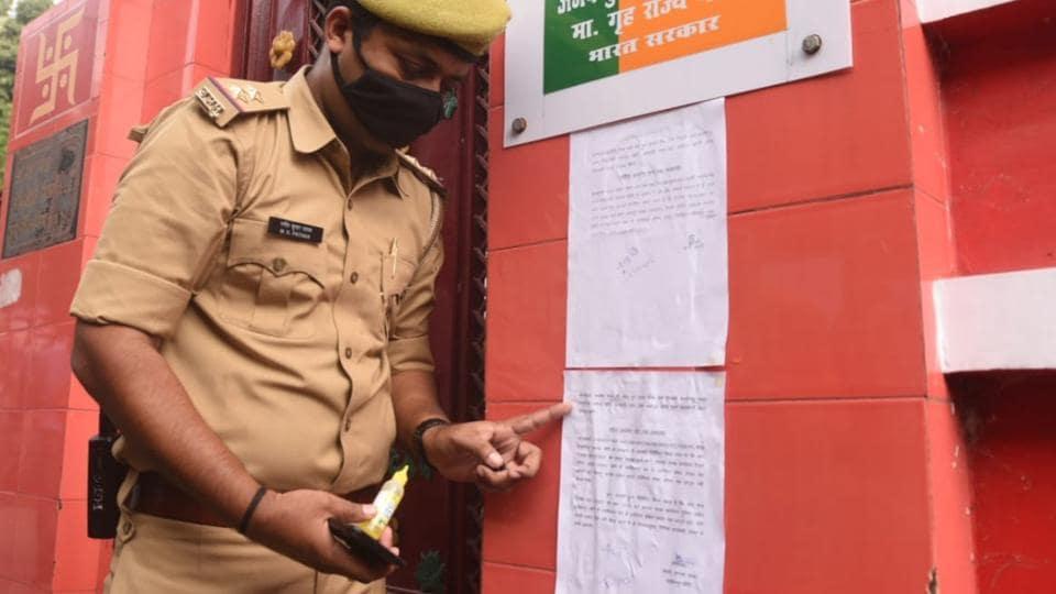 केंद्रीय मंत्री अजय मिश्रा के घर पर एक पुलिस अधिकारी ने शुक्रवार को लखीमपुर खीरी मामले में गवाह के तौर पर पूछताछ के लिए बेटे आशीष मिश्रा को तलब करने के लिए दूसरा नोटिस चस्पा किया.  (एचटी फोटो)