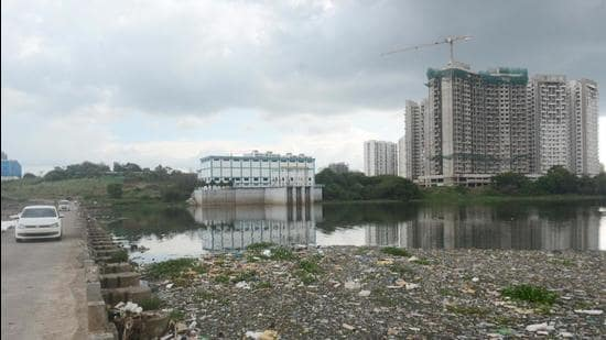 The Central Pollution Control Board (CPCB) – which studied the river samples at multiple spots – found that the dissolved oxygen levels, which should be 5mg/litre, are 6.62mg/litre at the Khadakwasla dam source; 3.70mg/litre along the Mutha river at Sangam bridge; and 3.80mg/litre at Mundhwa bridge. (Shankar Narayan/HT PHOTO)
