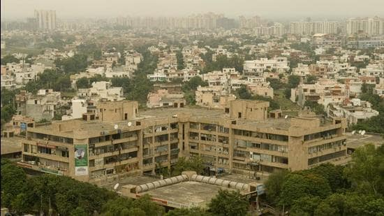 Mukesh Kumar Ahuja, the MCG commissioner, took the decision during the House meeting. According to MCG's 2017 deficiency assessment report, <span class='webrupee'>₹</span>14.12 crore was required to fix civic deficiencies in DLF Phase-1, <span class='webrupee'>₹</span>9.43 crore for DLF Phase-2, and <span class='webrupee'>₹</span>11.89 crore for DLF Phase-3. (HT Archive)