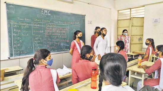 Students of Janki Devi Sarvodaya Kanya Vidyalaya in Delhi present their ideas to the class on Monday. (HT Photo)