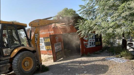 An enforcement team of the Haryana Shahari Vikas Pradhikaran (HSVP) on Tuesday cleared encroachments from Sector 81/82A Road, on the stretch connecting Rampura Chowk on National Highway-48 with Pataudi Road.