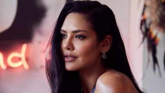 Esha Gupta goes topless to promote 'love' in baggy jeans at Jaipur resort(Instagram/egupta)