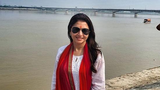 Bhagyashree's Tadaasan near river Ganges in Rishikesh is perfect fitness inspo(Instagram/bhagyashree.online)