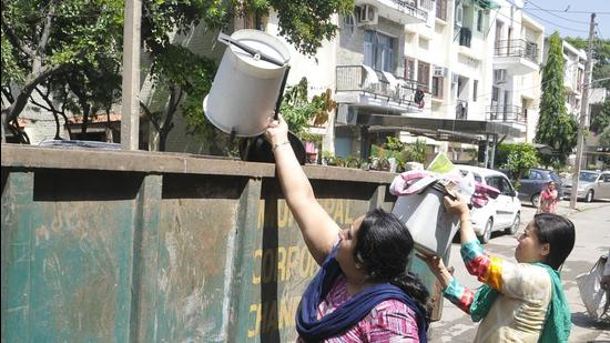 """PMC will install """"garbage collection ATMs"""" in Pune, to collect plastic bottles, glass bottles, metal cans and plastic wrappers. (HT (FOR REPRESENTATIONAL PURPOSE))"""