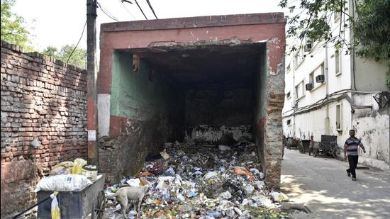 """Officials said concessionaires have been directed """"to deploy adequate staff at dhalaos to prevent the public from dumping non-segregated waste"""". (Sanchit Khanna/HT PHOTO)"""