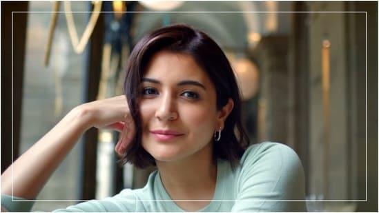 Anushka Sharma in <span class='webrupee'>₹</span>1.9k green sweater and denims looks winter-ready for shoot with Virat Kohli