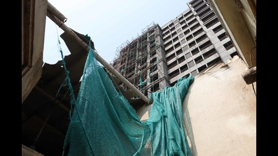 A scaffolding of an under-construction building collapses on an adjacent chawl due to heavy wind in Kalyan on Tuesday night. (RISHIKESH CHOUDHARY/HT PHOTO)
