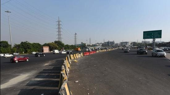 To reduce congestion at the Sirhaul toll, especially on the Gurugram-Delhi carriageway of the Delhi-Gurgaon Expressway, traffic police asked the National Highways Authority of India (NHAI) to realign the median near Ambience Mall the underpass and update signage. (Vipin Kumar/HT PHOTO)