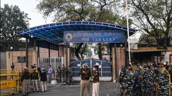 On August 26, the Supreme Court directed the Delhi Police commissioner to investigate the role of Tihar jail officials it was told that ex-Unitech promoters Sanjay Chandra and Ajay Chandra violated prison rules. (HT Archive)