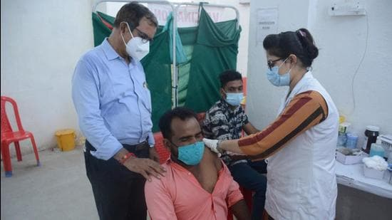 In Mumbai, over half the Covid-19 deaths have been reported in senior citizens. According to data provided by the civic body 51% of all deaths recorded from the start of the pandemic till October 10, 2021, have been in the age group of 61 to 80 years (HT Photo)