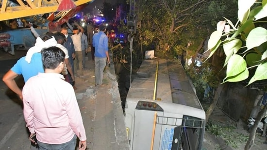 Bus falls off flyover in UP's Ghaziabad, 1 killed, 4 injured - Hindustan  Times
