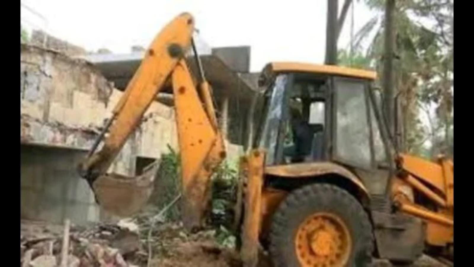 Demolish all illegal structures having no legal issue: LDA VC to officials