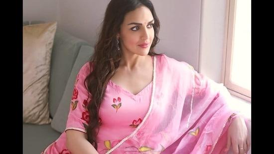 Esha Deol oozes oomph in <span class='webrupee'>₹</span>6k floral pink sharara set on Navratri's Mahagauri day(Instagram/imeshadeol)