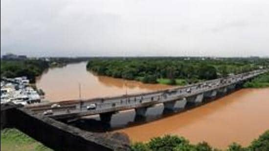 The standing committee of the Pune Municipal Corporation (PMC) has given nod for the Mula-Mutha riverfront development project worth Rs2,619 crore within a few minutes and without enough discussion, debate and consultation. (HT FILE PHOTO)