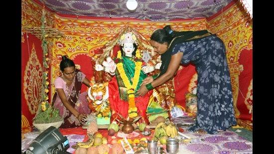 The transgender community of Kalyan celebrates Navratri. (RISHIKESH CHOUDHARY/HT PHOTO)