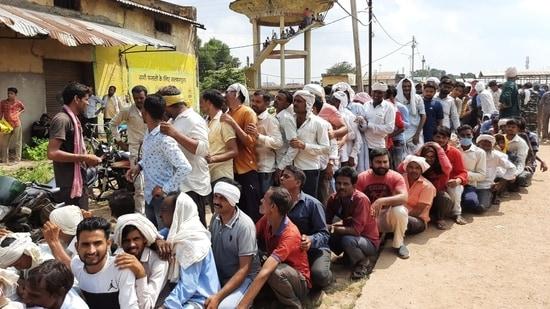 Farmers queue up to receive fertilisers in Madhya Pradesh (HT Photo)