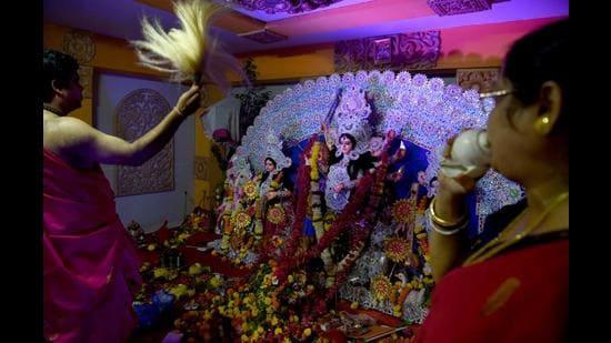 Durga Puja celebrations by Bengalis in Navi Mumbai. (BACHCHAN KUMAR/HT PHOTO)