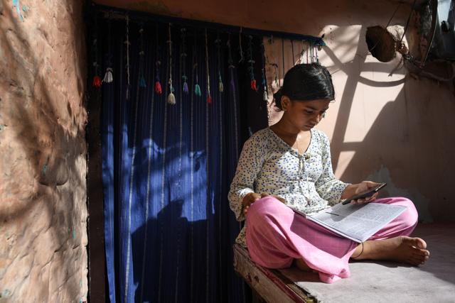 Khushi, a student of class 9 attends an online class (Sanchit Khanna/HT PHOTO)