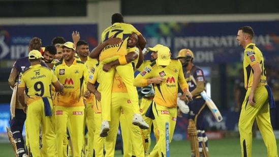 Наконец, Chennai Super Kings обыграли Калькутту с разницей в 27 пробежек и подняли свой 4-й титул IPL (BCCI / IPL).