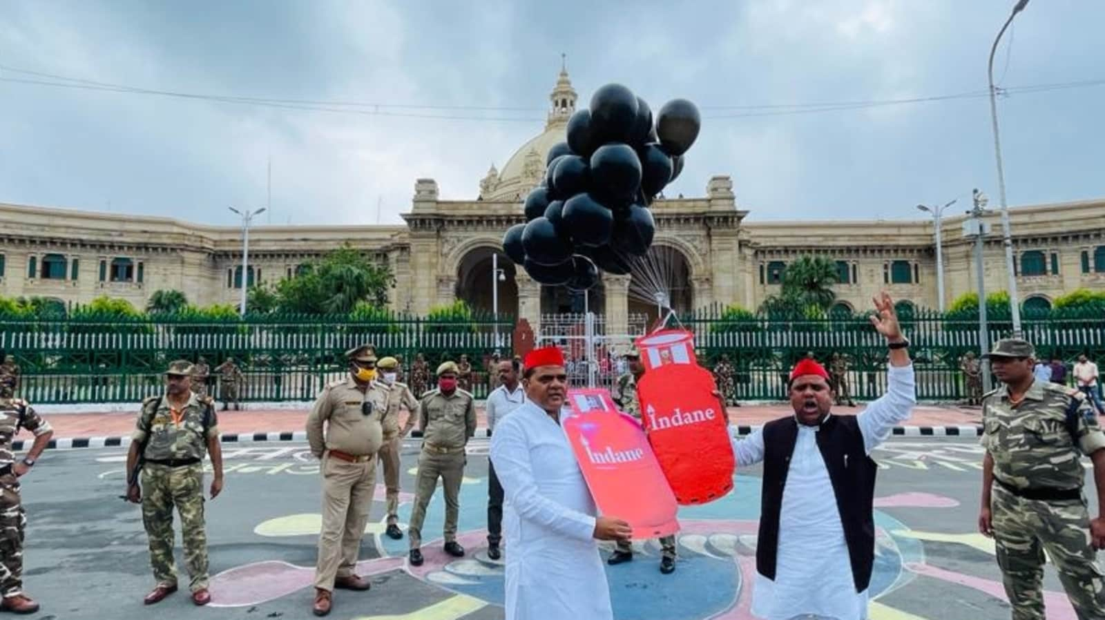 SP workers hold protest against rising prices of cooking gas outside UP Assembly