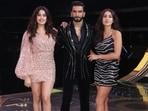Janhvi Kapoor and Sara Ali Khan with Ranveer Singh at The Big Picture show.(Varinder Chawla)