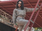 As athleisure wear continues to be a rage, Sunny Leone leaves fashionistas impressed with her spicy hot look from the sets of MTV Splitsvilla X3 in an old army green crop hoodie and a pair of similar-coloured joggers.(Instagram/sunnyleone)