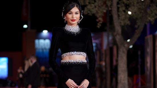 Gemma Chan mengenakan gaun dua potong yang dihiasi dengan warna hitam, menerangi tampilan jurang papan cucinya dalam jumlah yang bergaya.  Ansambel itu datang dengan berlian yang dihiasi di leher atas dan bagian dada dari tanamannya.  Pinggang roknya juga menampilkan hiasan serupa.  (AP)
