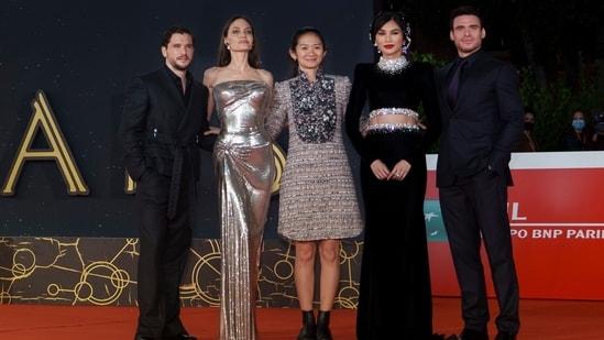 Kid Harrington, Angelina Jolie, sutradara Solo Zhao, Gemma Chan dan Richard Madden berpose di karpet merah di Festival Film Roma edisi ke-16.  Film mereka Eternities diputar di festival tadi malam.  (AP)