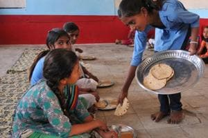Students at a government school eating their mid-day meal.(Representative Photo/HT)