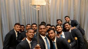 Sri Lankan cricket captain Angelo Mathews (C) takes a selfie with teammates in Colombo on May 17, 2017, ahead of their ICC Champions Trophy tournament in UK.(AFP)
