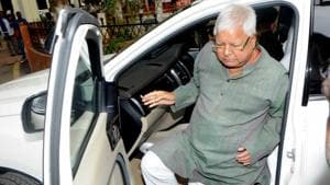 RJD chief Lalu Prasad arrives at CBI Court in Ranchi for a hearing related to the fodder scam on Friday.(Parwaz Khan/HT)