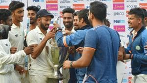 Vidarbha captain Faiz Fazal and his teammates celebrate with the Ranji Trophy after beating Delhi in Indore on Monday.(PTI)