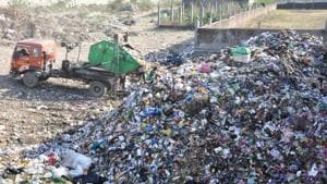 Only 3% wards in Uttarakhand have facility of 100% waste segregation at source. (Above) A dumping ground along the Haridwar Bypass in Dehradun.(Vinay S Kumar/HT Photo)