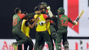Follow highlights of Sri Lanka vs Bangladesh, Nidahas Trophy tri-nation T20 match in Colombo here. Mahmudullah's quickfire 43-run knock helped Bangladesh beat Sri Lanka by two wickets to enter the final of the Nidahas Trophy T20 tri-nation series.(AP)