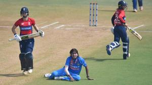 Jhulan Goswami (C) believes the Indian women's cricket team's batting and bowling not performing in sync saw them perform poorly during the Women's T20 tri-series involving England and Australia.(AFP)