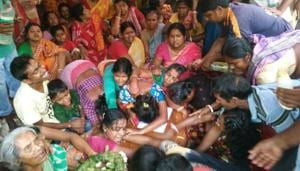 Relatives of Khokan Sikdar with the coffin at Tehatta in Nadia district on Tuesday.(HT Photo)