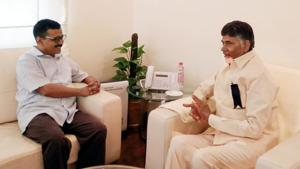 Delhi CM Arvind Kejriwal and Andhra Pradesh CM Chandrababu Naidu at a meeting at Andhra Bhawan in New Delhi.(PTI FILE)