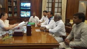 YSR Congress MPs V Vara Prasada Rao, YV Subba Reddy, PV Midhum Reddy, YS Avinash Reddy and Mekapati Rajamohan Reddy meet with Lok Sabha Speaker Sumitra Mahajan on Friday morning.(ANI/Twitter)