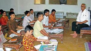 Astrologer Mohan Bhai Patel taking a class on astrology at the Hemchandra Sanskrit Pathshala, a Gurukul in Gujarat.(HT File Photo)