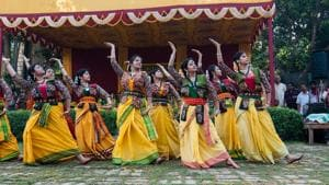 Dancers perform on Rabindra sangeet as part of Bengali new year celebrations.(Shutterstock)