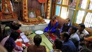 Vedpathis and priests during a meeting at Ukhimath's Omkareshwar Temple on Saturday.(HT Photo)