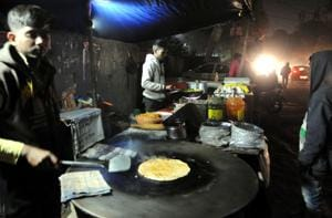 A late night food stall near the Vipul Square building. The stalls serve lip-smacking dishes at affordable rates.(Parveen Kumar/HT PHOTO)