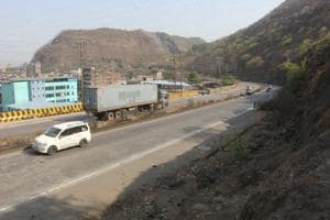 Around 15,000 containers, apart from thousands of other light vehicles, ply on the Mumbra bypass. Its closure will affect the traffic in Thane, Navi Mumbai, Mulund and Airoli.(Praful Gangurde/HT)