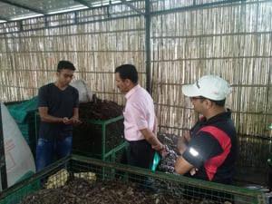 MCG commissioner Yashpal Yadav at a compost plant at Uniworld(HT PHOTO)