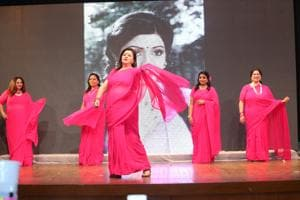 More than fifty homemakers of the group stepped onto the stage to channelize their inner divas and became the scintillating Sridevi for a short spell of time.(Manoj Verma/HT)