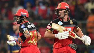 Royal Challengers Bangalore's AB De Villiers and Virat Kohli run between the wickets during a IPL 2018 match against Delhi Daredevils at Chinnaswamy Stadium in Bengaluru.(PTI)
