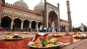 Ramzan diet: For sehri, you should eat nuts soacked in water overnight. Follow it with juice or milk along with fruits.(Ajay Aggarwal/HT Photo)
