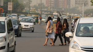 People wait for public transport near Gurugram's Sector 31 on Delhi-Gurugram expressway on a hot summer day.(Parveen Kumar/HT Photo)