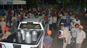 Protesters block dairy farmers carrying milk to the Verka plant in Phase 6, Mohali.(Sikander Singh Chopra/HT)